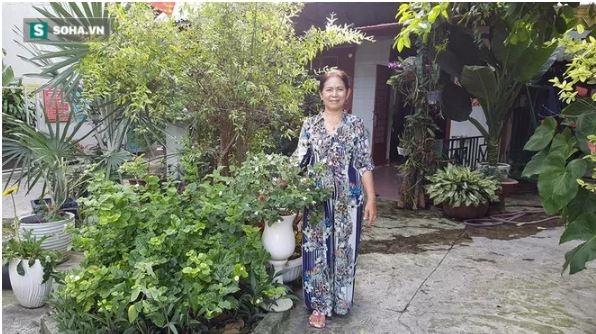 Tuy nhà không quá lớn nhưng gia đình cô lại rất ưa thích cây xanh vì thế không gian xung quanh nhà rất mát mẻ và trong lành. Trong ảnh, mẹ Mai Ngô đang vui vẻ tạo dáng bên ngoài ngôi nhà. - Tin sao Viet - Tin tuc sao Viet - Scandal sao Viet - Tin tuc cua Sao - Tin cua Sao