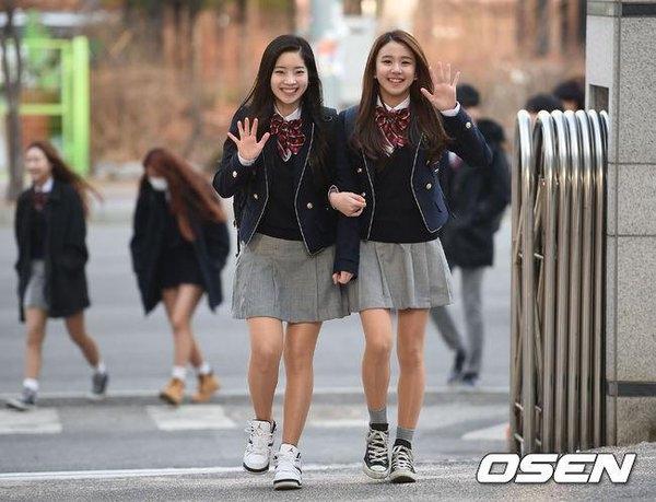 Dahyun và Chaeyoung lúc tan trường.