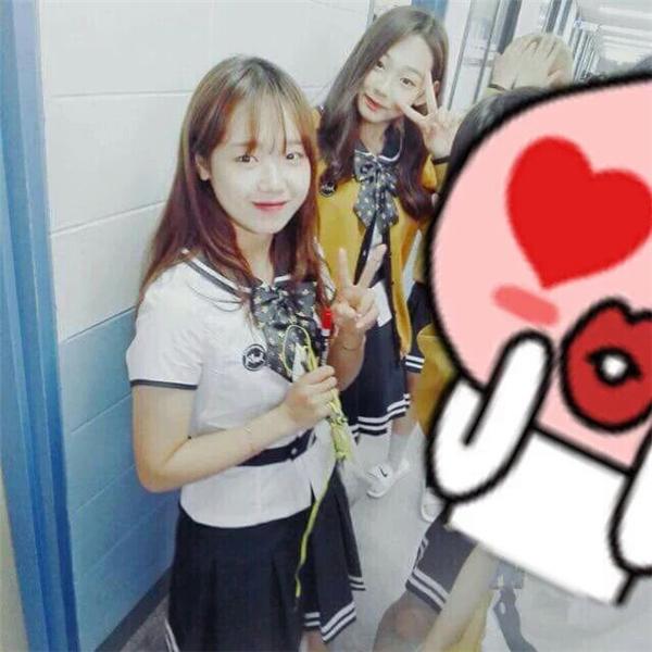 Yoo Jung và Mina và các bạn ở trường.