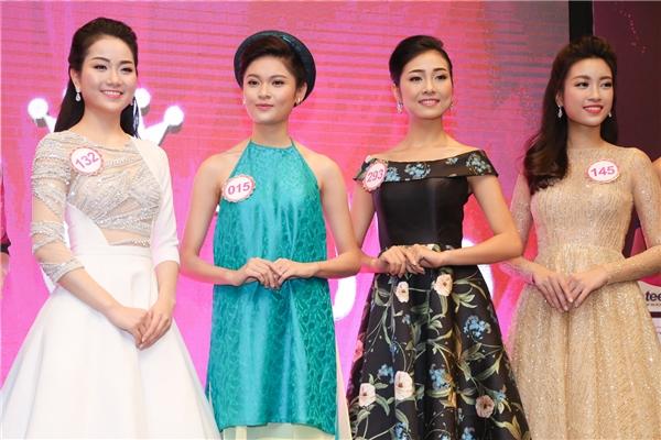 Trong buổi họp báo, các thí sinh xuất hiện rạng rỡ, thu hút trong những trang phục tự chọn. Thí sinh Thùy Dung - Hoa khôi Đại học Ngoại thương gây ấn tượng với áo dài cách điệu màu xanh nhã nhặn.