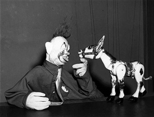 Chú hề nổi tiếng Rufus cùng người bạn diễn của mình là chú la Muffin trong chương trình múa rối nổi tiếng của Anh vào năm 1954
