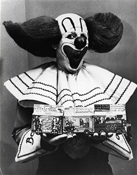 Còn đây là chú hề Bozo với vẻ mặt ngạc nhiên đang cầm hộp kẹo sing-gum trên tay chụp năm 1965.