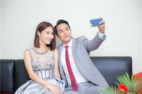 """Cặp đôi vui vẻ chụp ảnh """"tự sướng"""" cùng nhau. - Tin sao Viet - Tin tuc sao Viet - Scandal sao Viet - Tin tuc cua Sao - Tin cua Sao"""
