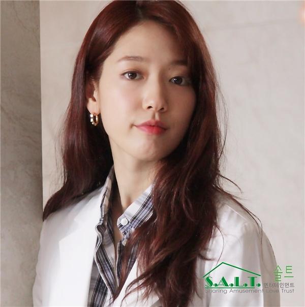"""Không chỉ lung linh trên khi lên hình, nhan sắc đằng sau máy quay của Park Shin Hye thật sự """"không phải dạng vừa""""."""