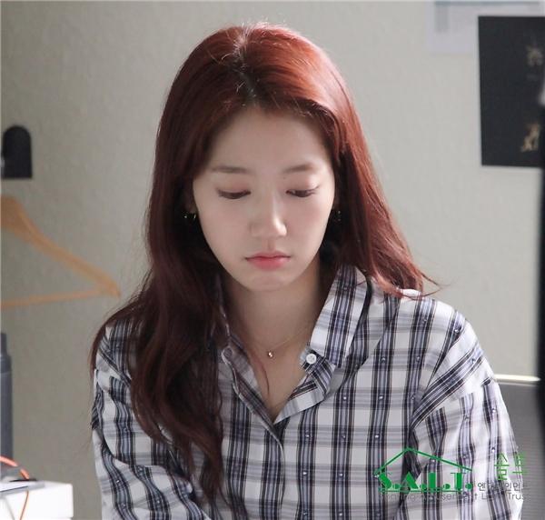 Khoảnh khắc tập trung xem kịch bản vừa quyến rũ và đáng yêu của Park Shin Hye.