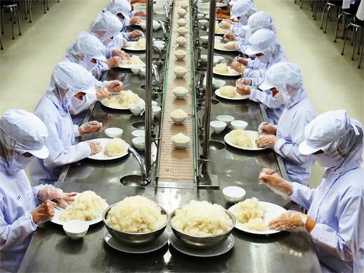 Người mới vào làm sẽ được giao cho những công việc đơn giản như nắm cơm, chọn thức ăn hoặc rưới nước sốt.