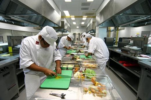 Chế biến thức ăn là công đoạn chính trong nhà máy.