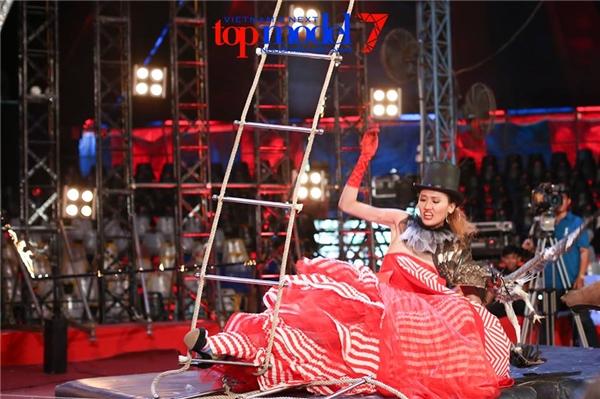 Thí sinh nữ cao nhất VNTM 2016 chính thức bị loại
