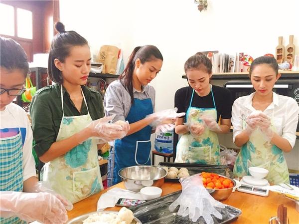 Lan Khuê trổ tài làm bánh Trung thu cùng các học trò The Face - Tin sao Viet - Tin tuc sao Viet - Scandal sao Viet - Tin tuc cua Sao - Tin cua Sao