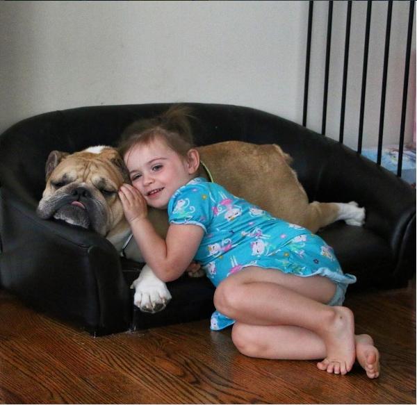 Erin rất thích tựa đầu vào chú cún mập của mình vì nó rất êm ái và ấm áp.