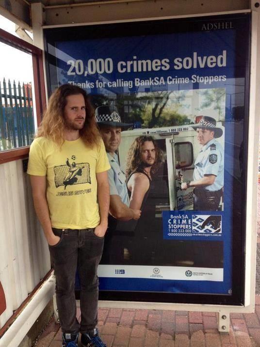 Khi tội phạm check-in trước bảngthông báo bắtgiữ của chính mình.
