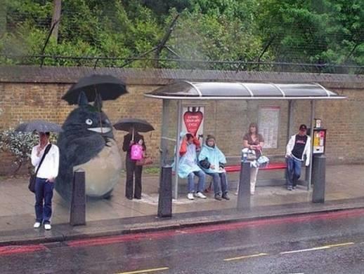 Đứng cạnh chú Totoro đáng yêu thế này thì ngại gì mưa gió nữa.
