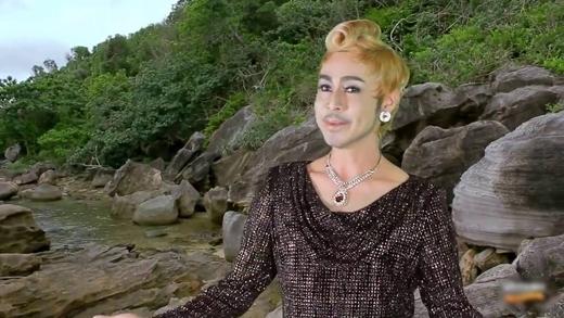 Tạo hình của ca sĩ Tuấn Tú trong MV Áo mới Cà Mau.