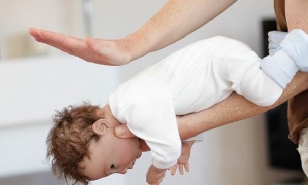 Bạn cần thực hiện thủ thuật Heimlich, tạo áp lực đột ngột trong đường hô hấp để đẩy dị vật ra ngoài.