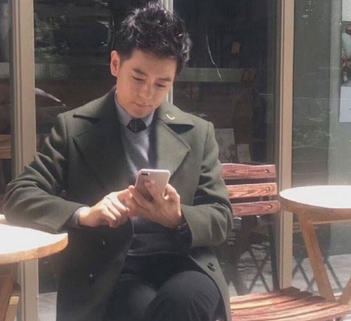 Hình ảnh Lâm Chí Dĩnh cầm trên tay thiết bị được cho là iPhone 7 Plus. (Ảnh: internet)