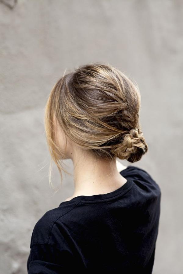 Với kiểu búi thấp này, bạn cũng có thể kết hợp tết tóc. (Ảnh: Internet)