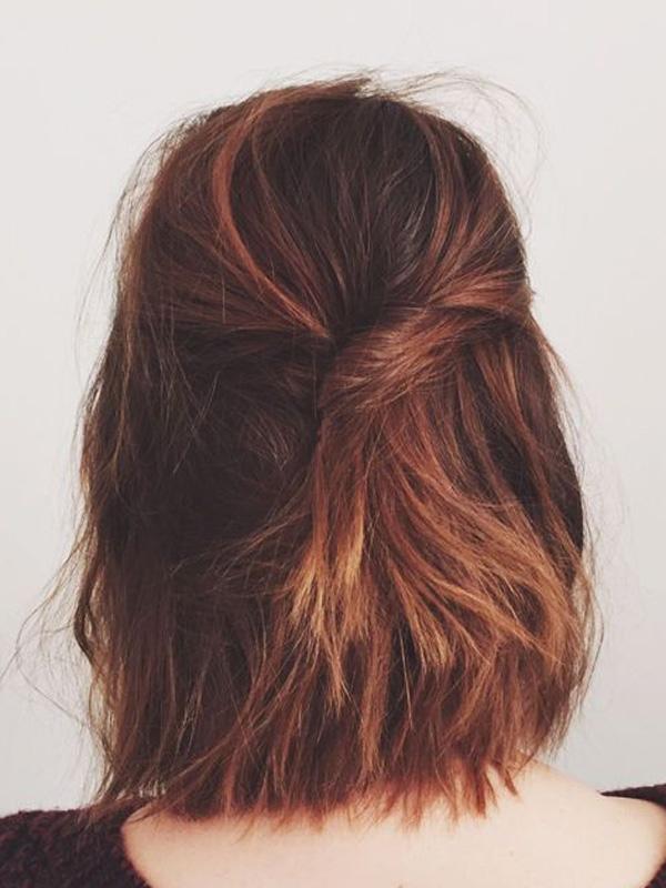 Chỉ cần tết vài lọn tóc ở phía trước rồi thả đuôi tóc ở sau, bạn sẽ có một mái tóc phong cách và ấn tượng. (Ảnh: Internet)