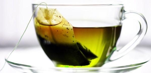 Những túi trà lọc chính là cứu cánh hữu hiệu nhất cho đôi môi khô. Nhúng túi trà vào cốc nước ấm rồi đặt lên vùng da môi khô khoảng15 giây, bạn sẽ vô cùng ngạc nhiên vì độ căng tràncủa đôi môi lúc này. Khi đó, bạn có thể tự tin tô son nhưthường rồi.