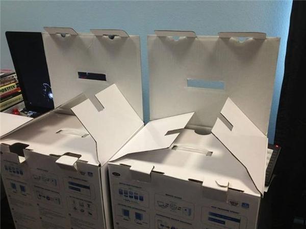 Hai chiếc thùng các tông giống như hai con ngáo ộp đang nằm chực nuốt thịt những ai đang ở trong phòng một mình.