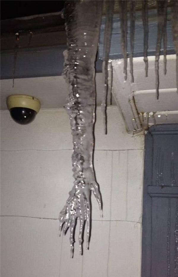 Khu vực xung quanh ngôi nhà này có ma, nó thường mò vào nhà qua lối bồn nước rồi chui vào phòng vệ sinh, sau đó trườn đi khắp nhà.