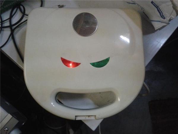 Chiếc máy nướng bánh mì này trông như một con Pokemon đang giận dữ vậy.