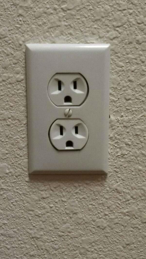 Mỗi lần nhìn lên tường đều thấy hai đứa nó lườm lườm nhìn lại.