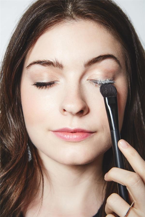 """Để đôi lông mi dày và đậm nét hơn, bạn nên phủ một lớp phần vừa phải lên lông mi rồimớitiến hành chải mascara. Như vậy, lớp phấn sẽ giúp bạn """"ăn gian"""" được một phần độ dày của lông mi."""