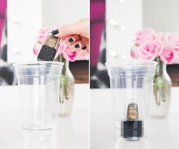 Nếu phát hiện lọ sơn móng tay của bạn bị khô và kết dính bên trong, đừng vội vứt đi. Hãy vặn nắp lọ thật chặt rồi đặt vào một bát nước ấm. Sau 2 đến 3 phút, lớp sơn bị khô sẽ mềm mại và sánh quyện như vừa mới mua.