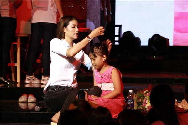 Ngoài ra, người đẹp Hải Phòng còn tự tay cột tóc cho một fan nhí. - Tin sao Viet - Tin tuc sao Viet - Scandal sao Viet - Tin tuc cua Sao - Tin cua Sao