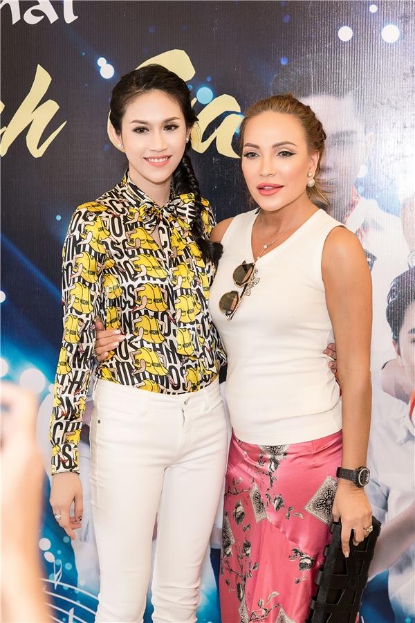 """Trong buổi họp báo, Hoa hậu Đông Nam Á - Thu Vũ vui mừng khi gặp lại """"đàn chị"""" thân thiếtThanh Hà. Cô chạy đến ôm chầm lấy chị như người thântrong nhà."""