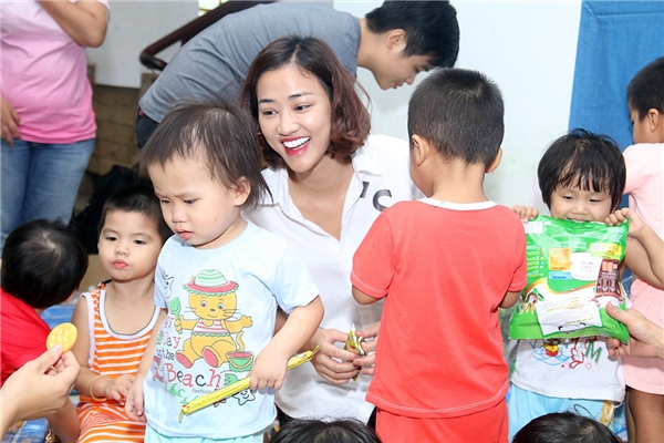 Trước đó vào sinh nhật của mình trong tháng 7, cô cũng không tổ chức tiệc tùng mà thay vào đó cùng fanclub tham gia làm thiện nguyện tại chùa Pháp Lâm.
