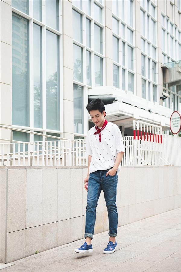 Cách kết hợp áo thun đơn giản cùng quần denim mang lại vẻ ngoài nam tính và hợp thời trang cho Redka. Redka từng được một tạp chí tại Thái Lan bình chọn là một trong 10 chàng trai đẹp nhất Việt Nam với gương mặt đáng yêu cùng nụ cười ấm áp. Để tăng thêm điểm nhấn cho set đồ này, Redka không ngần ngại chọn cho mình chiếc khăn nhỏ thắt hờ hững ở phần cổ.