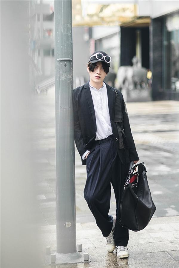 Trắng, đen vẫn là hai gam màu đối lập được các tín đồ thời trang ưa chuộng nhất dù dạo phố hay ở những buổi tiệc trang trọng. Kye Nguyễn chọn cho mình phong cách khá ấn tượng với áo biker jacket đen dài kết hợp sơ mi trắng và quần âu đen phom rộng.