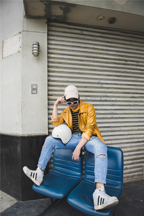Sự kết hợp hài hòa giữa các lớp layers khắc họa phong cách trẻ trung, năng động cho các chàng trai trẻ. Nếu như Kye chọn chiếc áo khoác da màu vàng mỡ bò để làm điểm nhấn thì Redka lại ưa chuộng sự kết hợp tinh tế với hai lớp layers cùng màu.