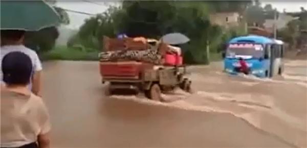 Hoảng hốt khi chứng kiến chiếc xe khách liều lĩnh vượt qua dòng lũ xiết ở Lào Cai. Ảnh: Cắt từ clip