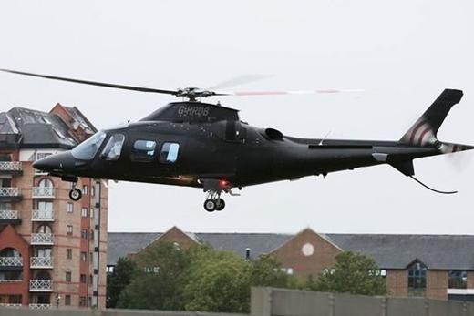 Cả hai cùng lên phi cơ của Justin tham gia festival âm nhạc V tại Staffordshire.