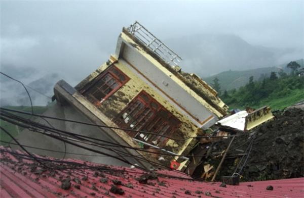 Ngôi nhà của gia đình anh Nguyễn Công Hà bị tảng đá lớn sạt vào kéo sập. Ảnh Báo Lào Cai
