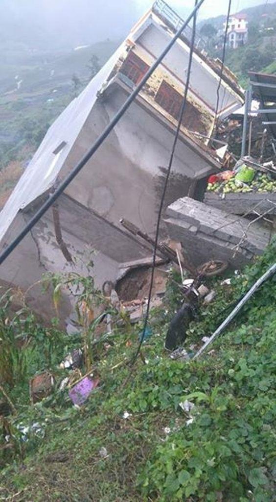 Hình ảnh ngôi nhà mới xây bị đổ sập hoàn toàn.