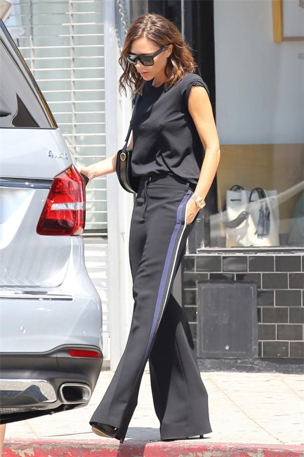 Victoria trông vẫn sành điệu, đẳng cấp như mọi lần với trang phục cả cây đen ấn tượng.