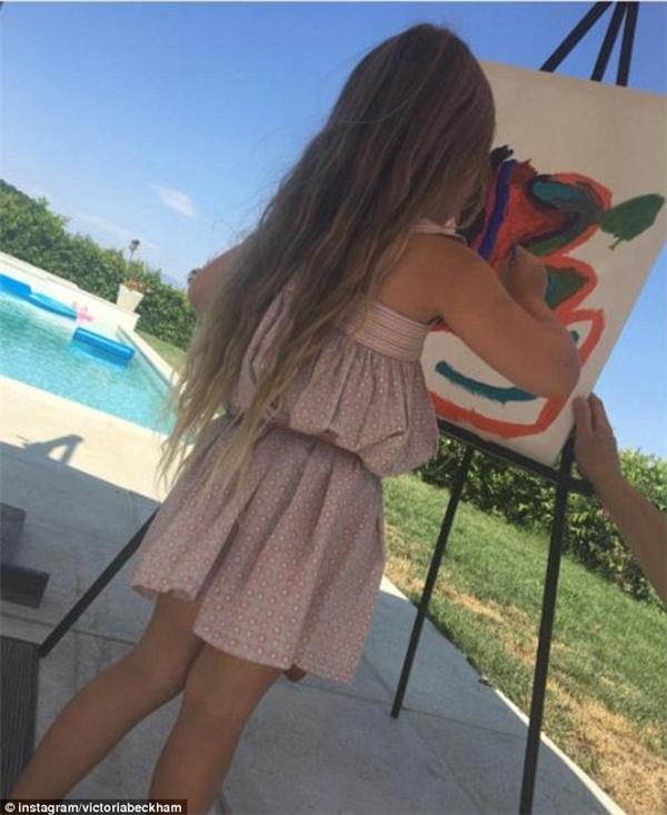 Trước đó không lâu, trên Instagram của mẹ Vic đã có đăng tải tấm ảnh Harper đang trổ tài hội họa chụp từ sau lưng, khoe trọn mái tóc dài mà mọi cô gái đều cảm thấy ghen tị.