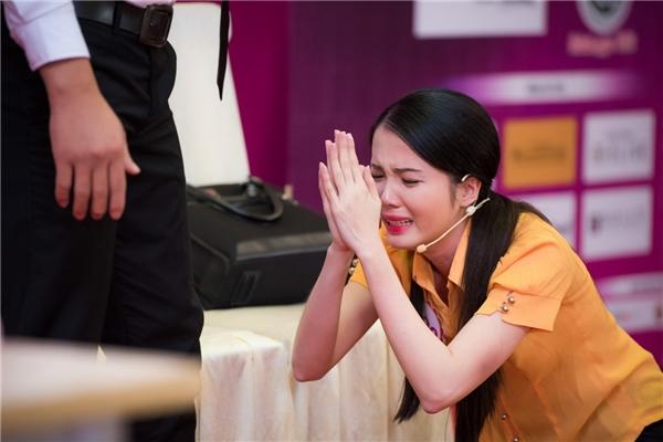 Đặng Thu Thảo bật khóc trước phần thi của thí sinh HHVN 2016