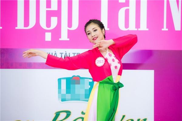 Bùi Nữ Kiều Vỹ (SBD 293) duyên dáng với áo tứ thân trên sân khấu. Người đẹp Quảng Nam thể hiện điệu múa dân gian dẻo dai cuốn hút và nhận được sự chú ý theo dõi của các thí sinh khác.