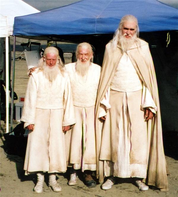 Sir Ian McKellan (giữa) cùng các diễn viên đóng thế, Lord of the Rings