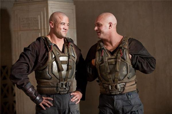 Tom Hardy (phải) cùng diễn viên đóng thế, The Dark Knight Rises