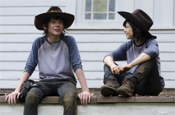 Diễn viên nhí Chandler Riggs (trái) cùng nữ diễn viên đóng thế 29 tuổi Emily Brobst, The Walking Dead