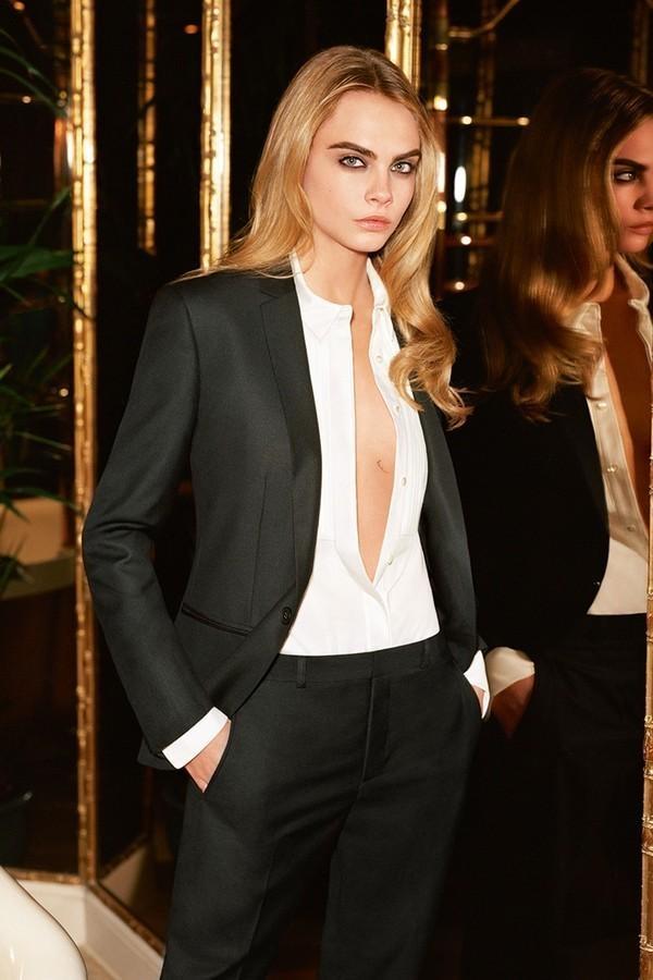 Mix áo sơ mi xẻ ngực bên trong áo vest nhưCara Delevingne là gợi ý không tồi.