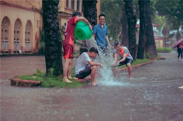Bộ ảnh ngày bão khiến dân mạng bồi hồi nhớ thuở cởi truồng tắm mưa