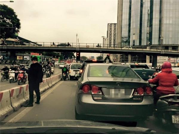 """Trước đó, một người đàn ông đi xe ôtô đứng """"tè bậy"""" giữa đường bị phạt 200.000 nghìn đồng. Ảnh: Internet"""