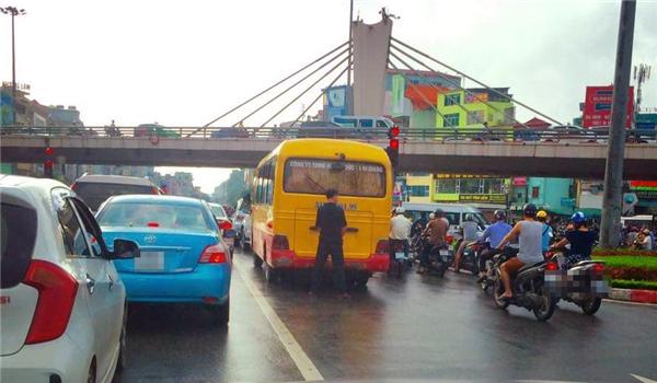 """Người đàn ông hồn nhiên đứng """"tè bậy"""" giữa phố phườngHà Nội. Ảnh: Internet"""