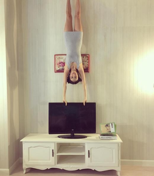 Cô gái trong tư thế Yoga độc đáo.